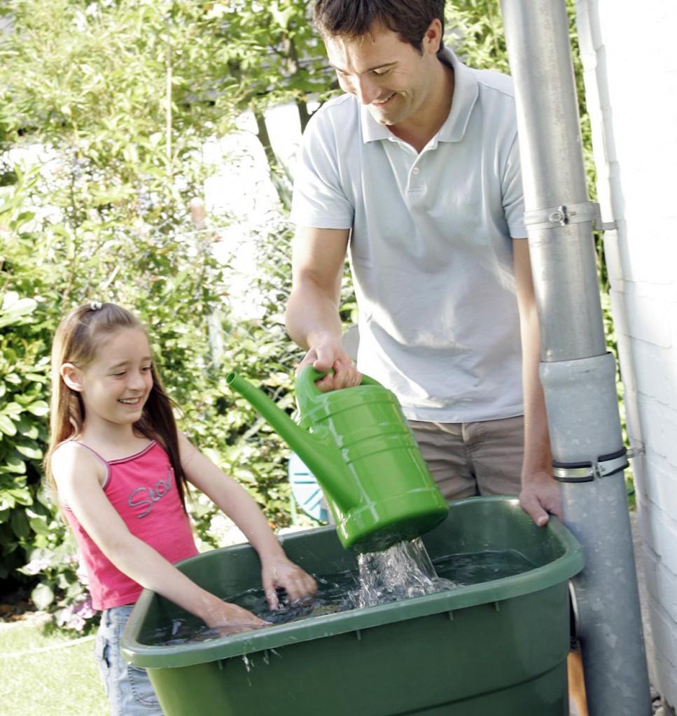 Eine Regentonne spart Gartenbesitzern nicht nur eine Menge Geld: Das Regenwasser ist zudem weniger hart als Wasser aus der Leitung, wovon auch die Pflanzen profitieren. Bildquelle: tdx/OBI