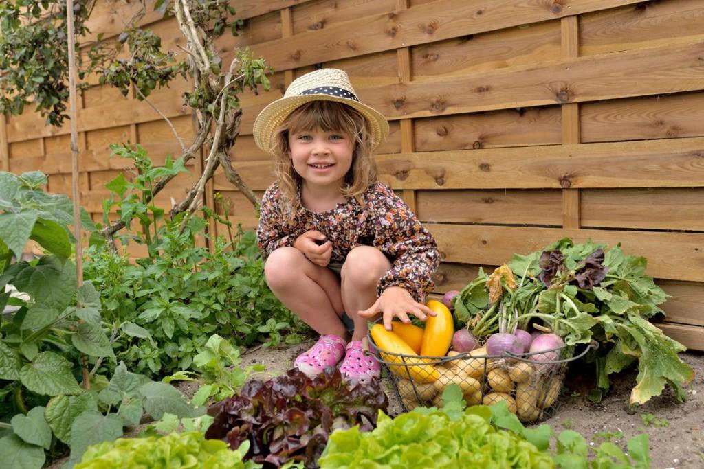 Auch Gartenarbeit kann Kindern Spaß machen. Was spricht also gegen ein kleines Beet? Bild: fotolia