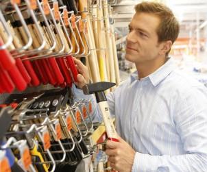 Ob Hammer, Universalsäge oder Profi-Bohrmaschine: Generell sollte man bei der Auswahl des Werkzeugs lieber auf Qualität als auf den niedrigsten Preis achten. Bild: tdx/OBI