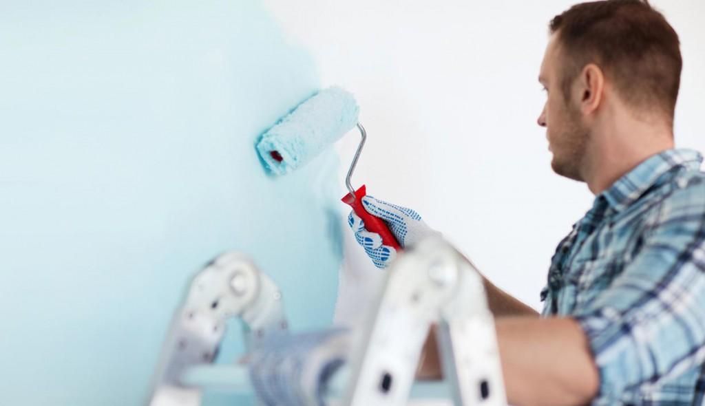 Mit dem passenden Handwerkszeug und den richtigen Arbeitsschritten wird Tapezieren in Eigenregie zum Kinderspiel – und schont den Geldbeutel. Bild: tdx/OBI