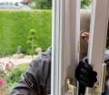 Ein gekipptes Fenster macht es Einbrechern leicht, in die Wohnräume einzudringen. Bild: fotolia