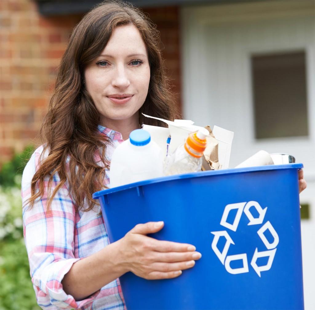 Das Pfeil-Symbol weist auf recycelbaren Kunststoffmüll hin und erleichtert so die Trennung von nicht wiederverwertbarem Abfall. Bild: tdx/Allianz pro Nachhaltigkeit/Fotolia
