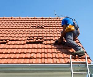 Nach dem Winter sollte jedes Hausdach außen wie innen überprüft werden. Denn durch undichte Stellen kann Regen eindringen und die Dämmung beeinträchtigen. Bild: fotolia
