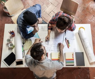 In vielen Architekturbüros wird die Planungsphase von einem Architekten bearbeitet und die Ausführungsphase von speziell für diesen Bereich eingestellten Bauingenieuren. Bild: fotolia