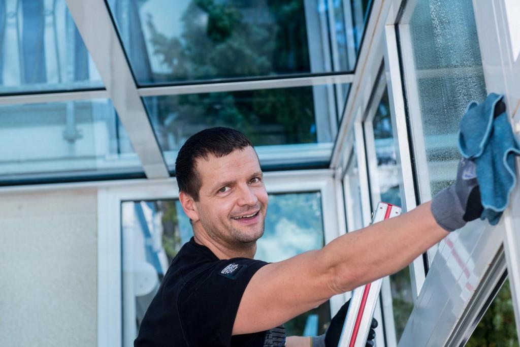 Den Wintergarten richtig pflegen heißt vor allem: Fensterputzen. Diese Arbeit zählt zu den häufigsten, um den Wintergarten in vollem Glanz erstrahlen zu lassen. Bild: fotolia