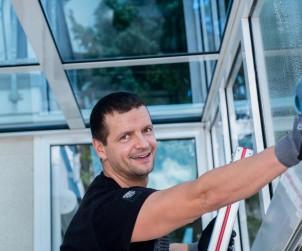 Fensterputzen zählt zu den häufigsten Arbeiten, um den Wintergarten in vollem Glanz erstrahlen zu lassen. Bild: fotolia