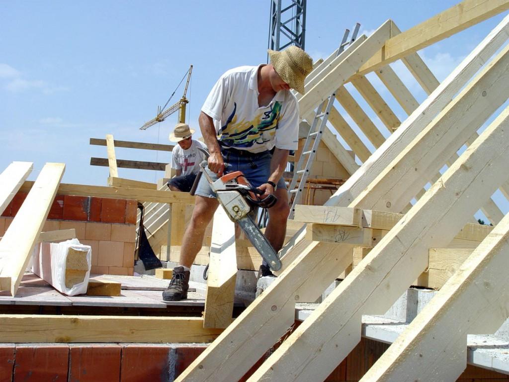 Finger weg von Arbeiten auf dem Dach. Hier sollte auf jeden Fall ein Fachmann ran. Bild: hausidee.de