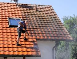 Ein Hochdruckreiniger hat auf dem Dach nichts verloren. Der starke Druck kann mehr Schaden anrichten, als er hilfreich ist. Bild: fotolia
