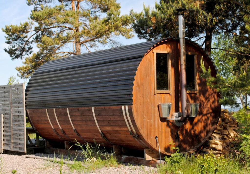 Eine Sauna im Garten kann skurrilste Formen haben, wie beispielsweise eine Fasssauna. Bild: fotolia