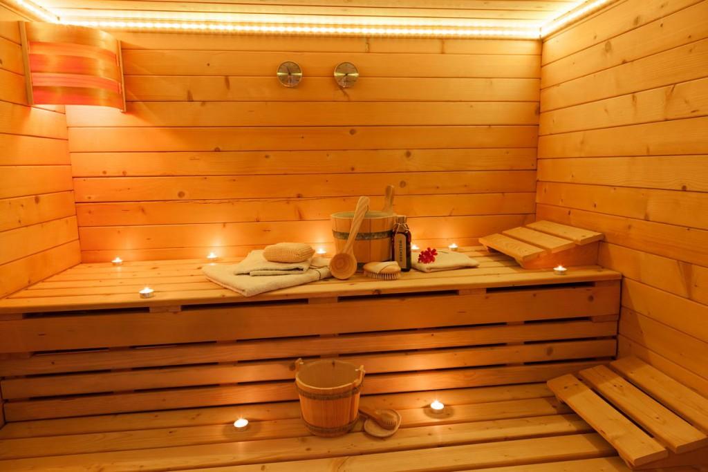 Holz ist das typische Material für die Inneneinrichtung einer Sauna. Es strahlt viele Behaglichkeit aus und ist leicht zu pflegen. Bild: fotolia
