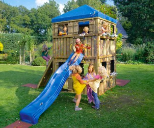 Sobald die Sonne scheint, zieht es die Kinder zum Toben, Klettern und Schaukeln hinaus ins Freie. Damit die Kleinen sicher spielen können, sollten einige Tipps beherzigt werden. Bild: Brügmann Traumgarten