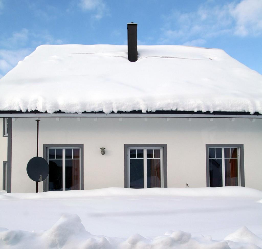 Wenn Schnee gefallen ist oder die Gehwege vereist sind, gibt es oft Streit darüber wer, wann und wo das kalte Weiß beseitigen muss und wer im Schadensfall haftet. Bild: hausidee.de