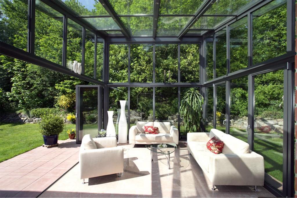 """Ein Wintergarten, auch """"Wohnzimmer im Grünen"""" genannt, sorgt das ganze Jahr über für Urlaubsfeeling im eigenen Zuhause, da man der Natur ganz nah und trotzdem vor Sonne und Regen geschützt ist. Bildquelle: tdx/Solarlux"""