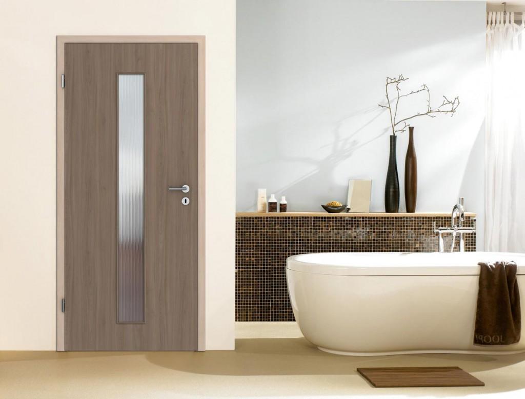Ob geräuchert oder gebürstet, auch im Badezimmer ist Holz besonders beliebt. Der natürliche Werkstoff setzt durch seine Maserungen und Farben tolle Akzente und ist zudem pflegeleicht sowie widerstandsfähig. Bild: tdx/Prüm/GD Holz e.V.