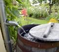 Die Regentonne im Garten ist  die einfachste Art, Regenwasser zu nutzen. Bild: fotolia