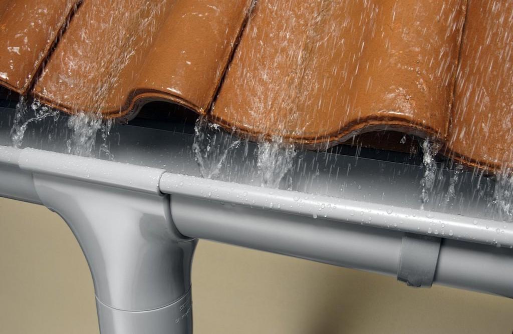Damit Schmelz- und Regenwasser vom Dach kontrolliert abgeführt werden, wird eine funktionierende Dachentwässerung benötigt. Diese sorgt dafür, dass das Wasser nicht an die Fassade oder das Mauerwerk gelangt. Bild: tdx/Marley