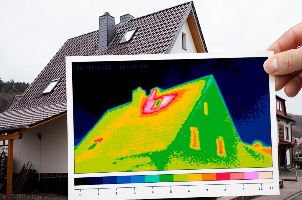 Eine Thermografieaufnahme liefert einen weiteren Beweis für Dämmlecks. An den roten Stellen entweicht die warme Raufluft. Bild: fotolia