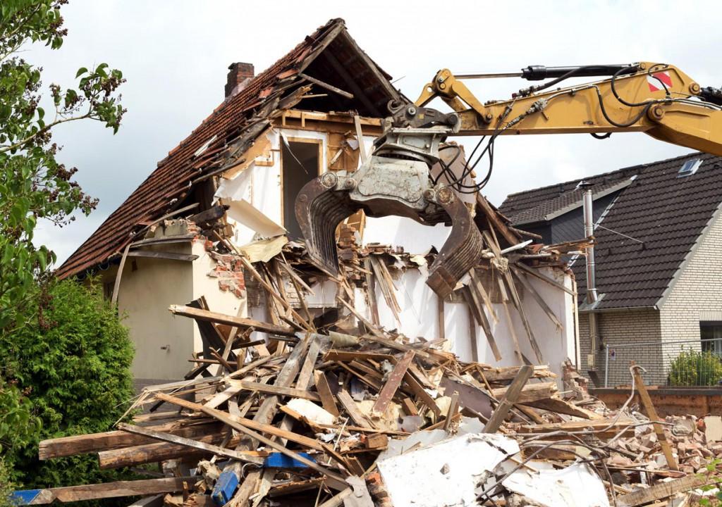 Der Abriss des Altbaus ist zwar eine drastische Maßnahme, schafft jedoch zahlreiche Vorteile für einen Neubau. Bild: fotolia