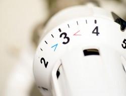 Ab Januar 2016 wird der Primärenergiefaktor für Strom von bisher 2,4 auf 1,8 gesenkt. Das bedeutet: Häuser mit Wärmepumpen erfüllen allein durch die Änderung dieses Faktors die neuen Anforderungen. Bild: fotolia