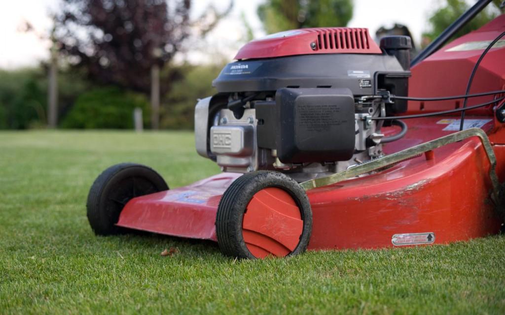 Damit der Rasenmäher lange funktioniert, ist eine regelmäßige technische Prüfung ratsam. Bild: hausidee.de
