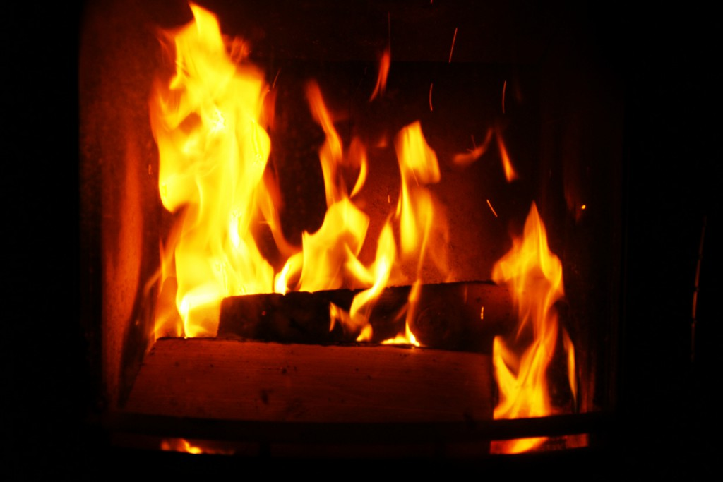 Kamin und Kachelofen spenden nicht nur wohlige Wärme, sondern verbreiten auch Lagerfeuer-Romantik im Raum. Doch nicht jedes Holz brennt auch gleich gut. Bild: hausidee.de