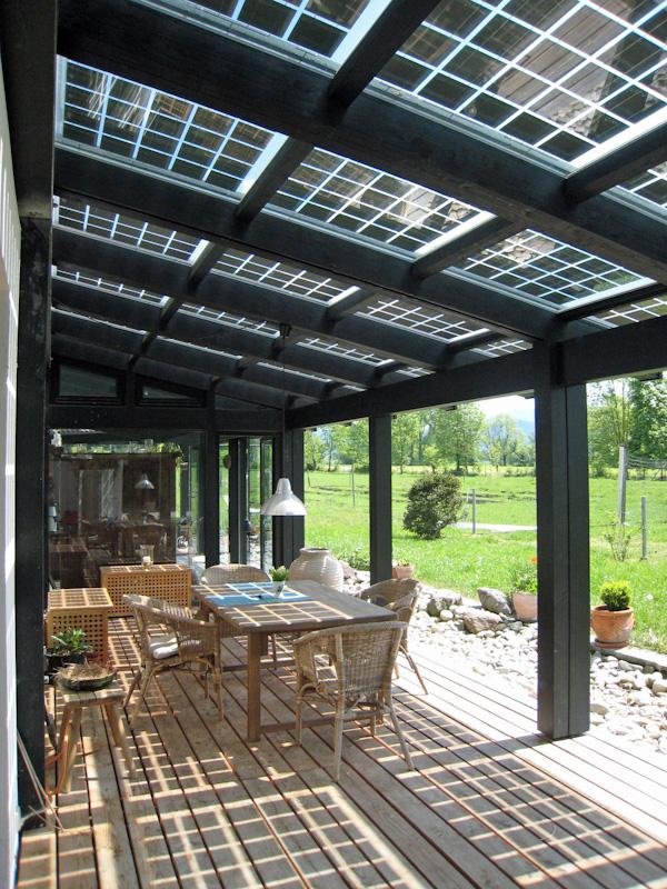 Trotz großflächiger Terrassenüberdachung und gutem Sonnenschutz geht nahezu kein Tageslicht verloren. Entspannung im Schatten ist genauso möglich, wie die Lektüre eines Buches. Bild: Solarterrassen & Carportwerk GmbH