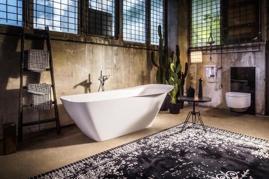 Der aktuelle Interior-Design-Trend zur Farbe Schwarz verträgt sich besonders gut mit dem angesagten Beton und Metall-Look. Bild: burgbad