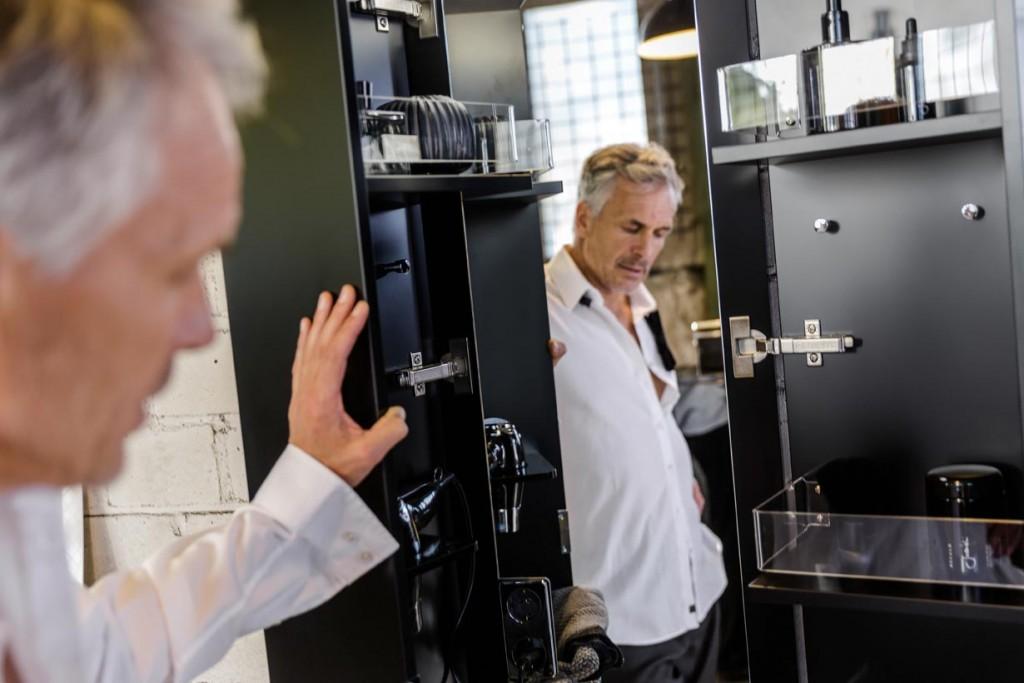 Übersichtlich, komfortabel, griffbereit: So wie hier im Koffertürenschrank des Programms Chrono von burgbad mögen (auch) Männer ihren Stauraum am liebsten. Bild: burgbad