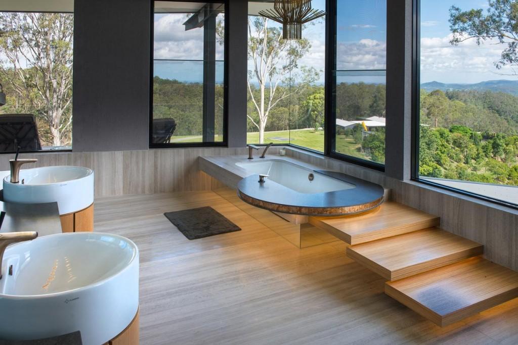 Luxusbaden mit Aussicht: Wanne mit Hansgrohe PuraVida-Mischer. Bild: Mark Gacesa of Ultraspace - David Sproule