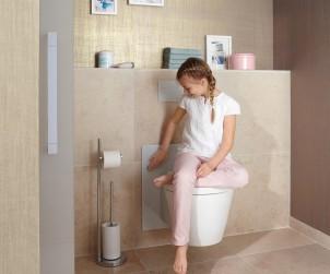 Beim WC ist im Kinderbad vor allem die Höhe entscheidend. Im Badezimmer, das von Eltern und Kindern genutzt wird, bietet sich ein höhenverstellbares WC an. Bild: tdx/VDS/Viega