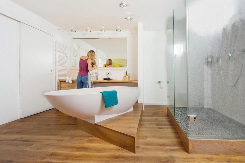 holzboden badezimmer aber holz badezimmer freistehende. Black Bedroom Furniture Sets. Home Design Ideas
