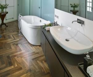Holz im Badezimmer ist heute besonders beliebt. Bild: fotolia