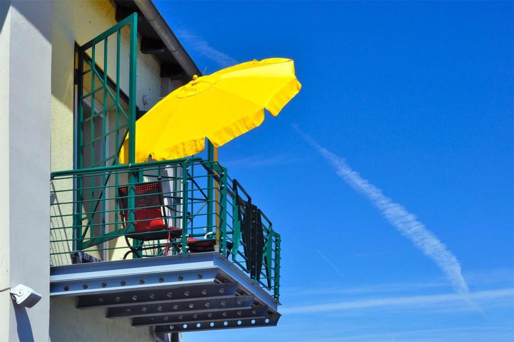 Ein Sonnenschirm ist flexibel und kann bei Bedarf einfach umpositioniert werden. Bild: tdx/homesolute.com/fotolia