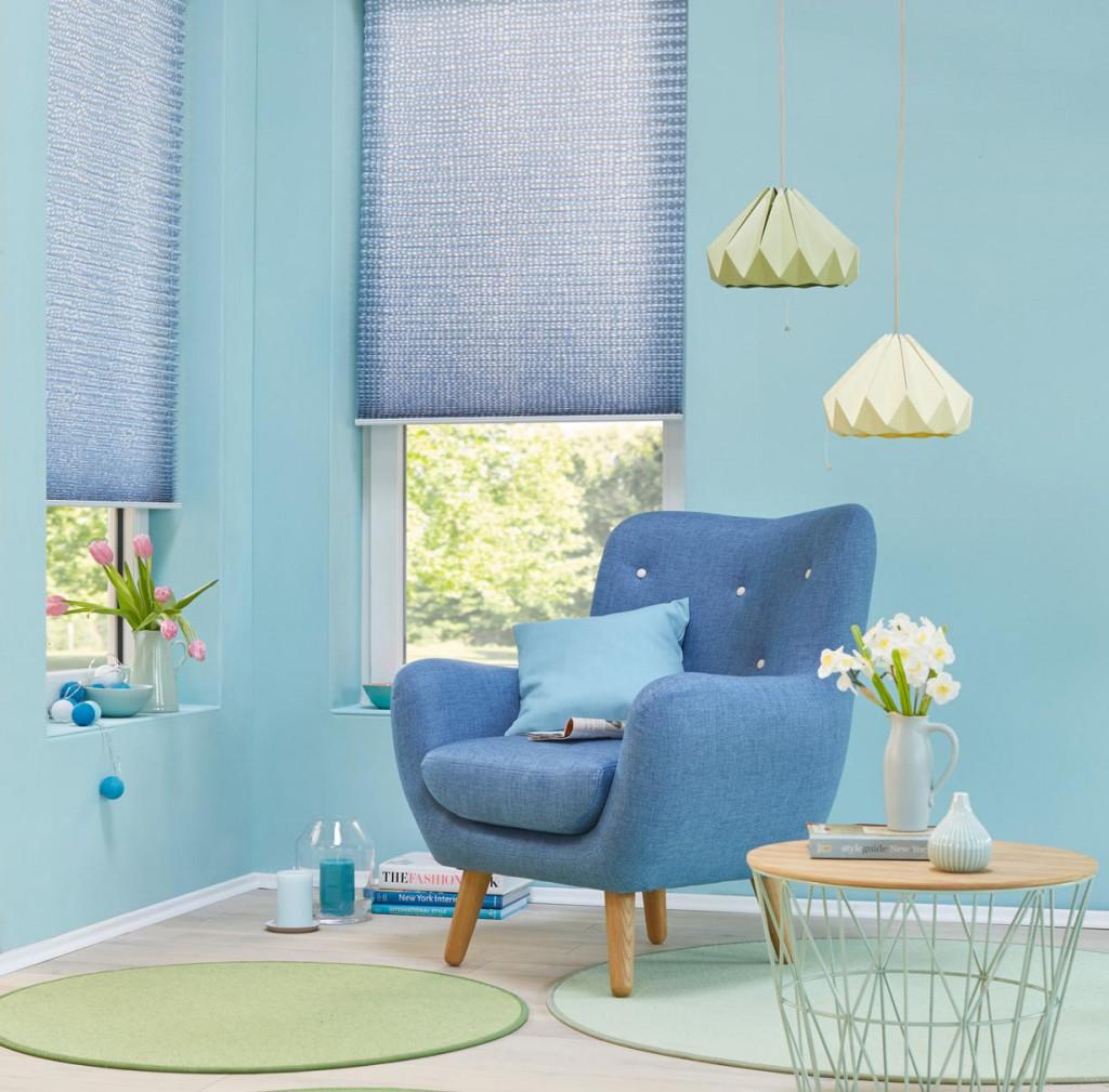 Plissees vereinen Funktion und Design. Sie schützen vor blendenden Sonnenstrahlen und setzen gleichzeitig ein optisches Highlight im Raum. So werden beispielsweise gepunktete Plissees in einem schönen Blauton zu einem geschmackvollen Blickfang. Bild: tdx/Teba