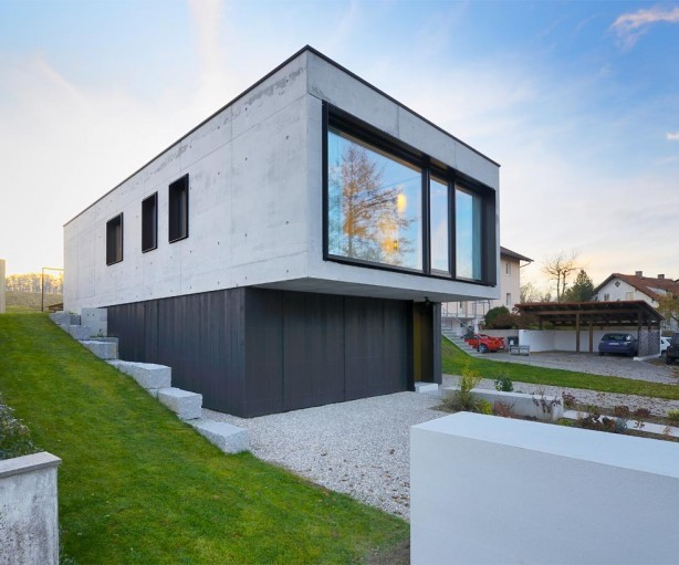 Außenwandverkleidung aus schwarzem sägerauhem Holz setzt natürlichen Akzent. Bild: InformationsZentrum Beton/Peters