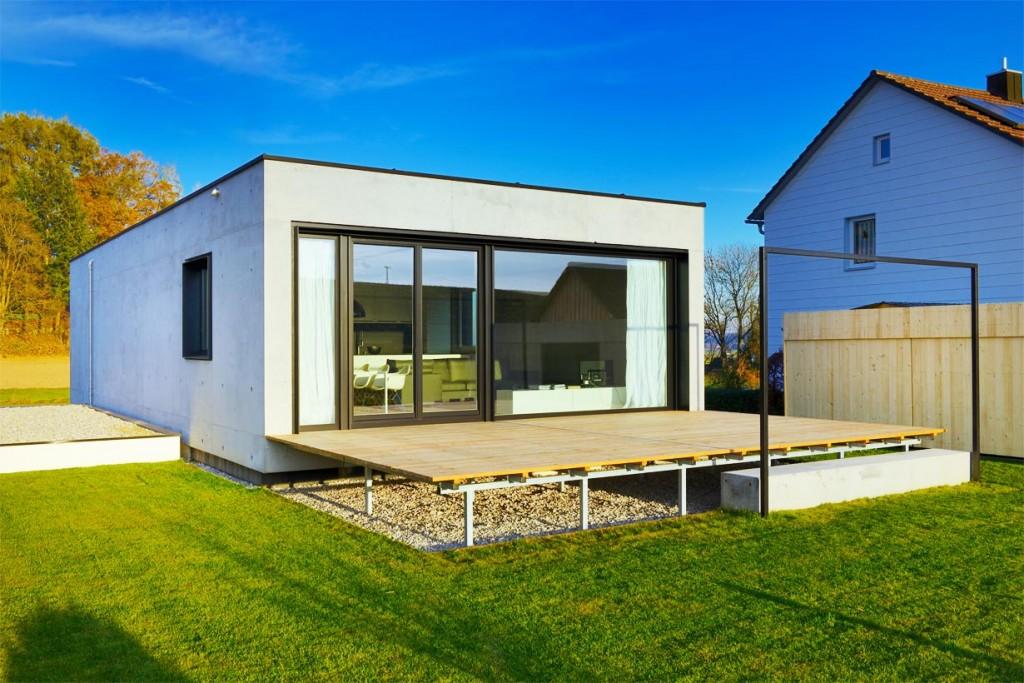 Das Wohnhaus von Michael Thalmair bietet für manchen der Einwohner von Aiterbach einen ungewohnten Anblick im Vergleich zu den umliegenden Einfamilienhäusern. Bild: InformationsZentrum Beton/Peters