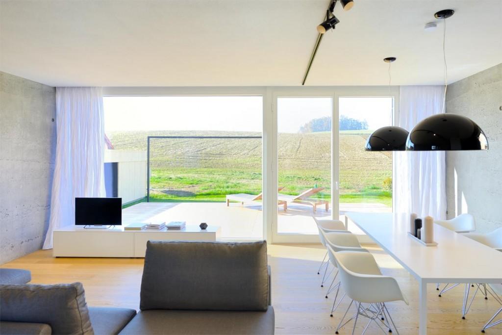 Die raumhohen und -breiten Panoramafenster des rund 50 m² messenden Wohnraums bieten einen grandiosen Ausblick aufs Isartal. Bild: InformationsZentrum Beton/Peters