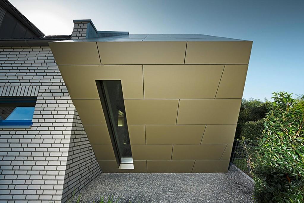 Als perfekt geeignet für die ungewöhnliche Architekten-Vision erwies sich dieAluminium Verbundplatte auch im Frontbereich des Anbaus. Um den Überhang zu ummanteln, wurde die 4mm dicke Platte auf der Rückseite eingefräst und konnte so an beliebiger Stelle umgeknickt werden. Bild: Prefa/Croce