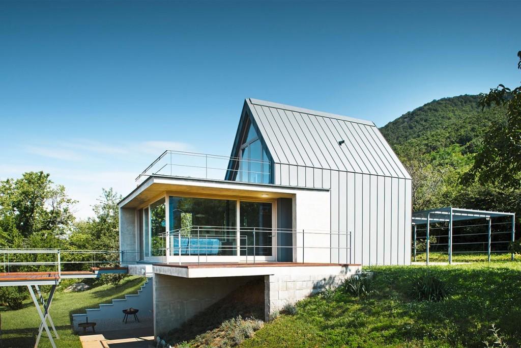Das Ferienhaus ist so geplant, dass die Wohnräume in die Terrasse übergehen und ein Gefühl der Verbundenheit mit der Natur erzeugen. Bild: Prefa/Croce