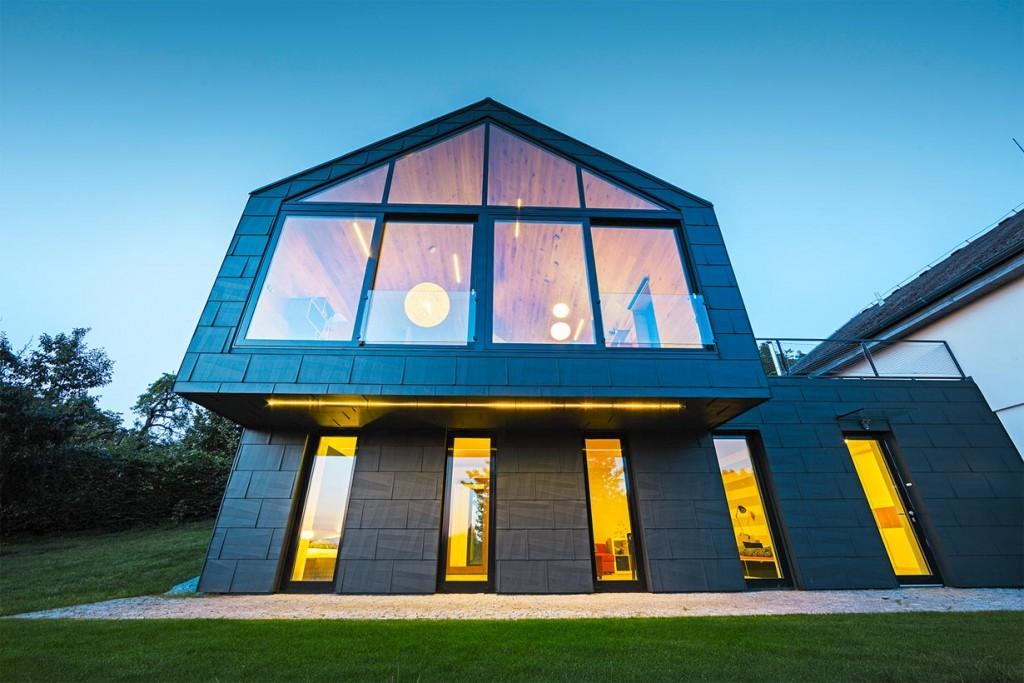 Die architektonisch spektakuläre Ritter-Rüstung als architektonische Verbindung zum Altertum und zum modernen Kick des Neubaus besteht aus Dach- und Fassadenpaneelen. Bild: Prefa/Croce