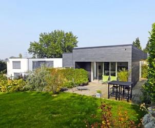 Zum Südwesten hin öffnet sich das zurückhaltend entworfene Einfamilienhaus. Bild: Rathscheck Schiefer
