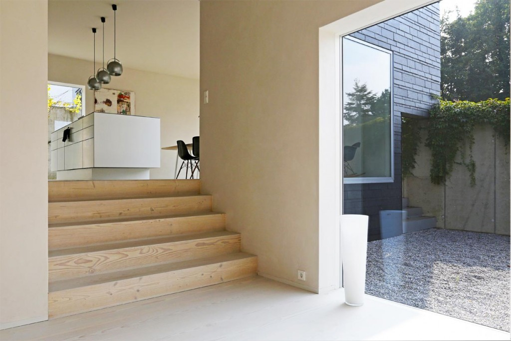 Wohnküche mit edlen Dielenböden und Designmöbeln. Bild: Rathscheck Schiefer