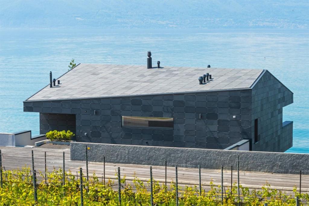 Straßenansicht: Prägendes, flach geneigtes Dach. Bild: Rathscheck Schiefer