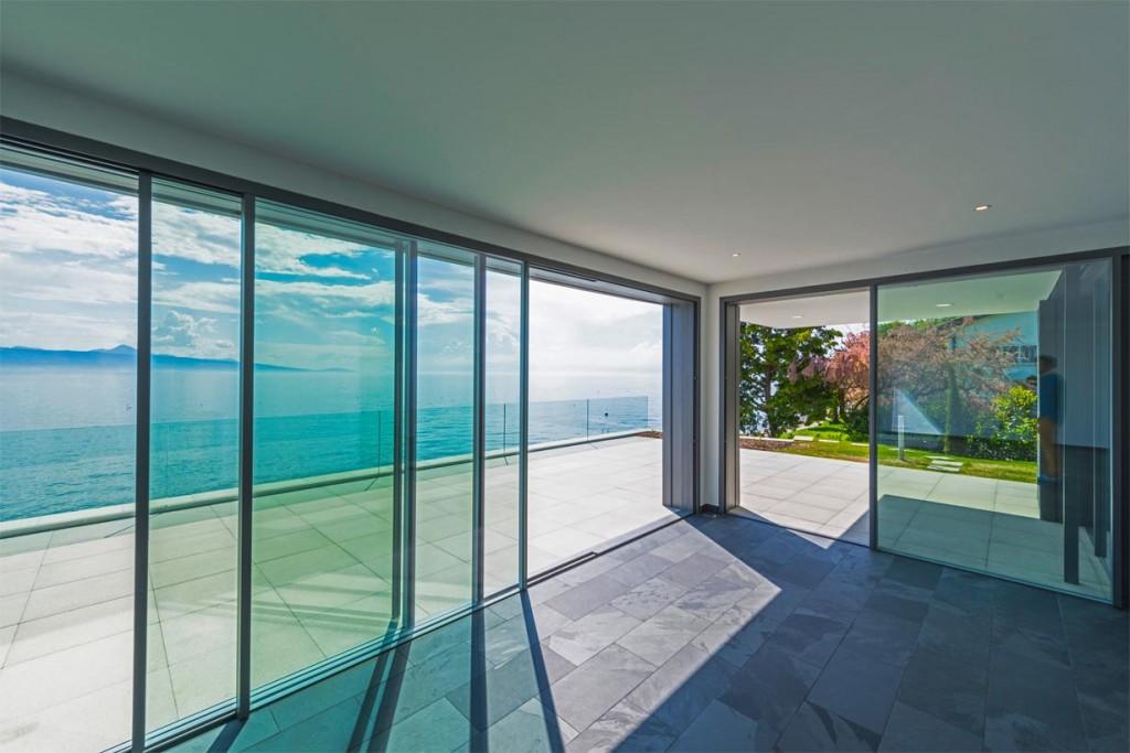 Neben der Schiefer-Fassade sind auch die Böden in der Küche und im Wohnraum aus Schieferfliesen. Bild: Rathscheck Schiefer