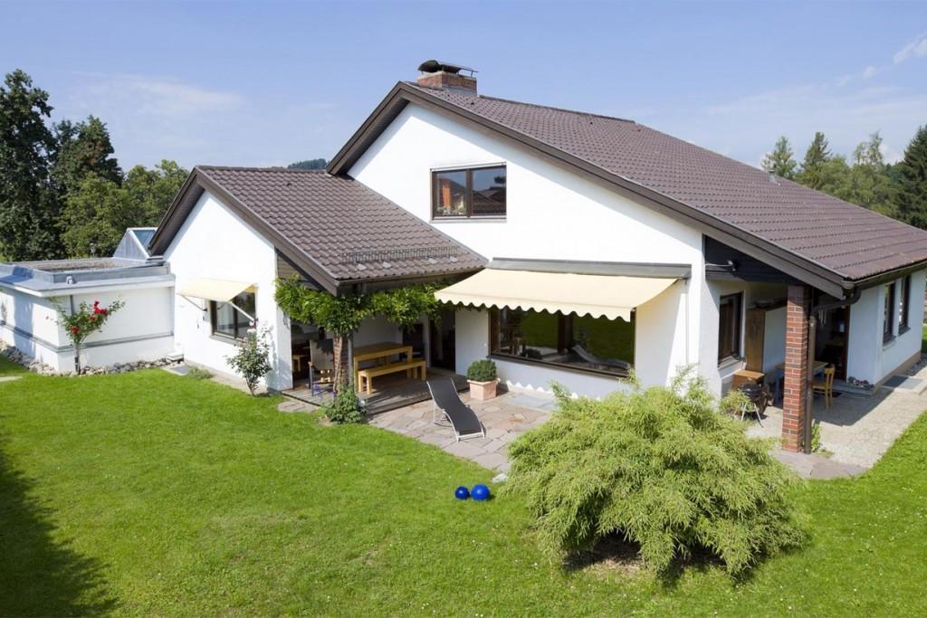 Die große Spannweite der Markise sorgt für viel Schatten. Zudem wertet sie das äußere Erscheinungsbild des Hauses auf und hat eine lange Lebensdauer. Bild: tdx/homesolute.com/fotolia