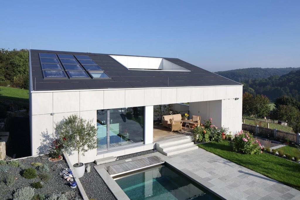 Die komplette Fassade inklusive Garagentor, die Deckenuntersichten sowie die Dachhaut sind mit großformatigen Equitone Tafeln gestaltet. Bild: Conné van d'Grachten, Ulm