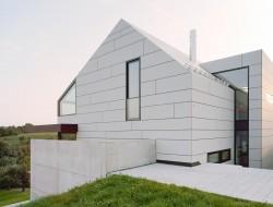Wohnhaus mit Gebäudehülle von Eternit. Bild: Brigida González
