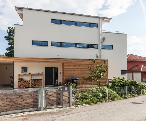 Zur Straße wirkt der moderne Baukörper mit auskragendem Flachdach eher geschlossen. Bild: Stephan Lichius, Stephan Lechner GmbH