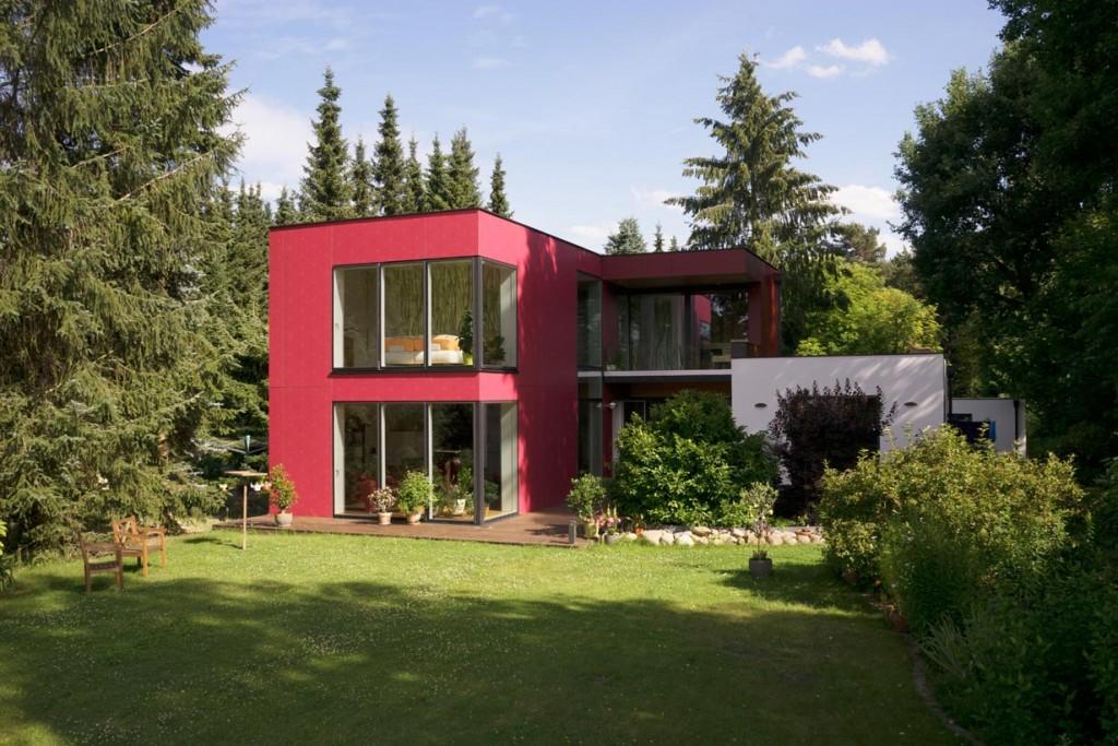 Große Fensterflächen ermöglichen den freien Blick in den großzügigen Garten. Bild: Max Haus