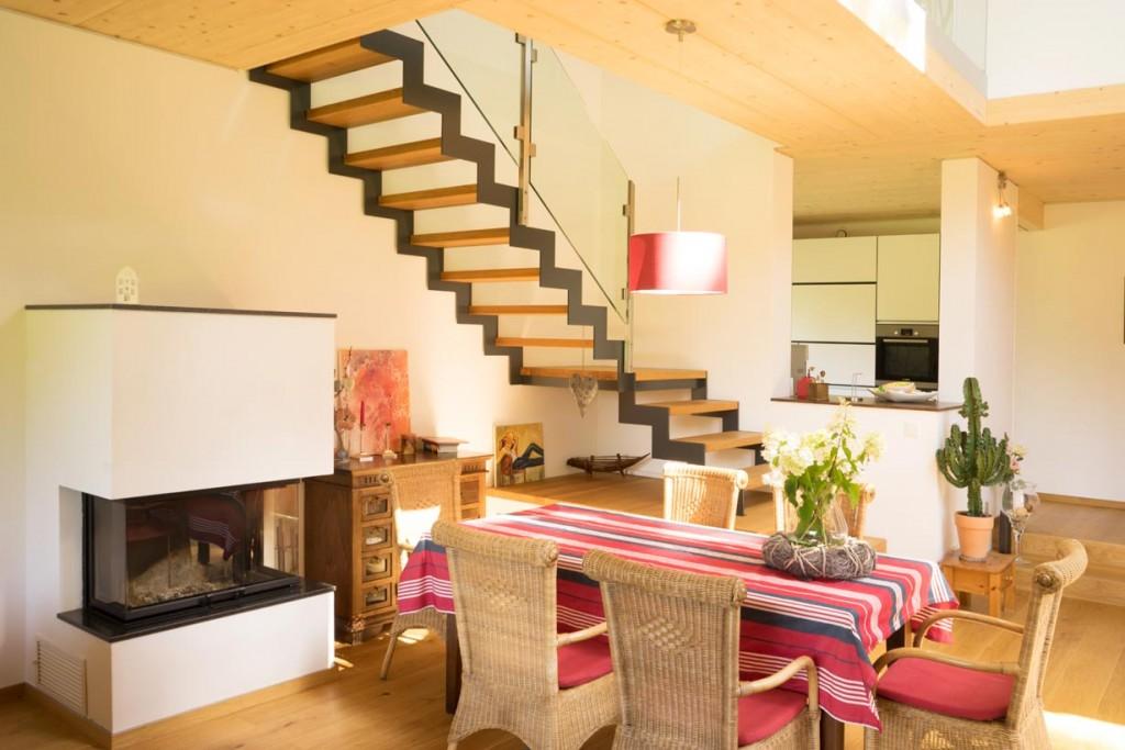 172 m2 Wohnfläche verteilen sich auf zwei Etagen. Im Erdgeschoss ist eine halboffene Küche mit dem lichtdurchfluteten Wohn- und Essbereich verbunden. Bild: Max Haus
